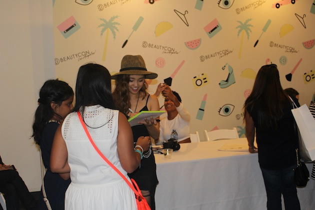 Autographs from Youtube stars at Beautycon Jenn Im ClothesEncounters