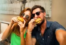 friends-eating-burgers-los-angeles
