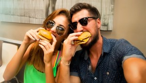 friends-eating-burgers-los-angeles